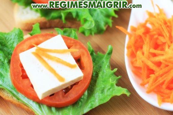 Un exemple d'encas sain à base de carottes, tomates, salade, tofu