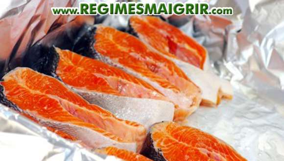 Quelques tranches de saumon sur un papier d'aluminium