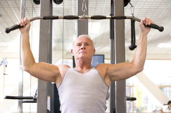 Un sexagénaire fait de l'entraînement musculaire à la gym