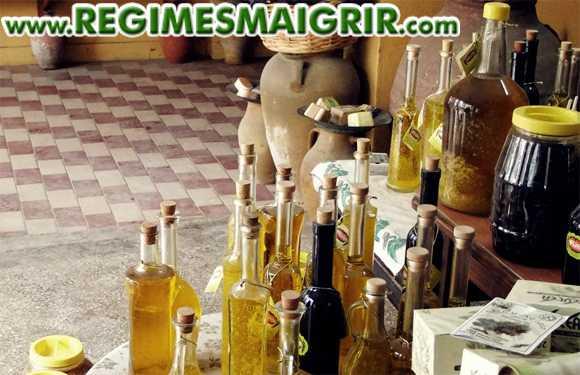 Des bouteilles d'huile d'olive posées en vrac sur une table