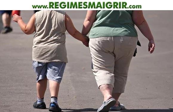 Une femme obèse marche avec un enfant apparemment en surpoids