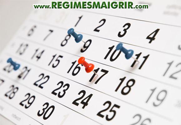 Des punaises fix�es sur un calendrier afin de mieux percevoir les jours cibl�s
