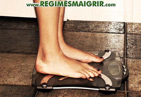 Une femme est obsédée par son poids en se pesant trop souvent
