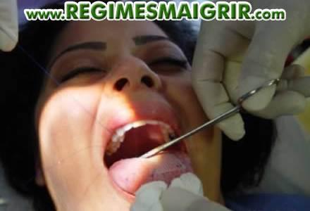 La couture d'un patch sur la langue rend l'ingestion de nourritures solides douloureuse, ce qui incite à moins manger et à consommer uniquement des aliments liquides