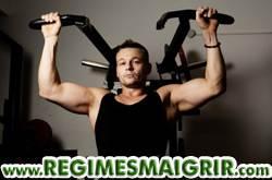 Les hommes pensent souvent à s'abonner à une salle de gym pour se muscler après le Nouvel An, mais il faut bien réfléchir avant