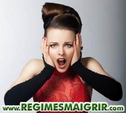Jeune femme en rouge subissant une frustration, elle tient son visage avec deux mains