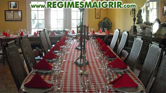 Un repas va être servi sur ces tables pour le moment vides