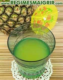 Un verre contenant du jus d'ananas fraîchement pressé