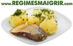 Assiette contenant un morceau de poisson avec 3 patates