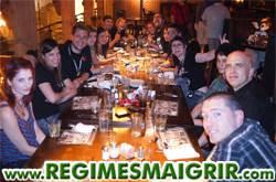 Des amis se retrouvent autour d'une table pour manger