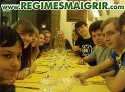 Un groupe de camarades se préparent à prendre un repas au restaurant