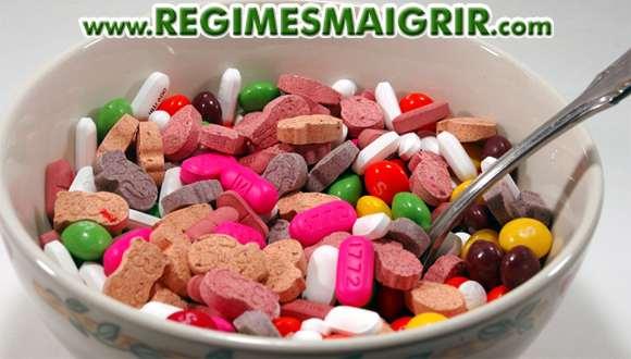 Un bol de céréales dans lequel se trouvent des compléments alimentaires sous forme de pilules