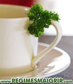 Le thé au persil aide à démarrer des règles retardées