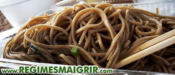 Manger des nouilles longues augmenterait la longévité selon les croyances populaires en Chine et au Japon entre autres