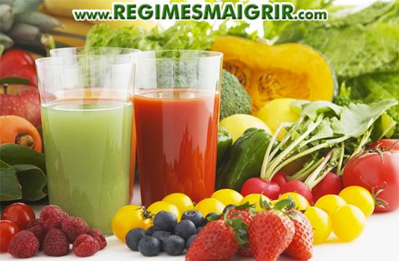 Des fruits et l�gumes � c�t� des verres contenant leur jus