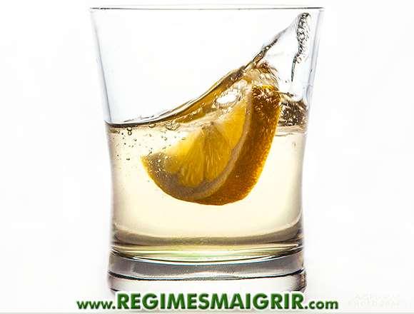 Un verre d'eau contenant du jus de citron