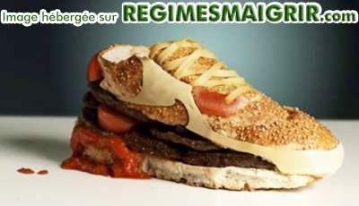 Une paire de basket de la célèbre marque à virgule est fabriquée ici avec des hamburgers