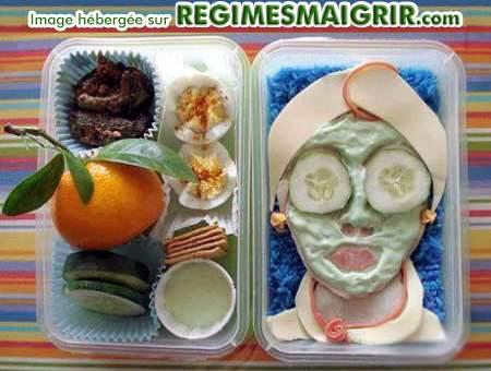 Des nourritures dessinent une femme pose un masque de beauté