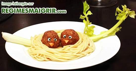 Un beau nid d'oiseaux fait de spaghetti et de boulettes
