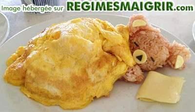Un ours fait de riz recouvert d'une couverture faite d'oeuf