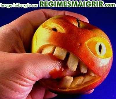 Une pomme devient agressive et croque une main