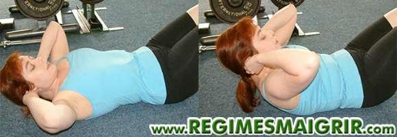 Mouvement du crunch en deux temps expliqué par une femme allongée sur le sol