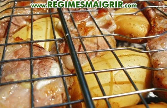 Des patates avec leur peau sont grillées avec de la viande lors d'un barbecue