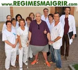 Bruno-Marie pose avec l'équipe des soignants de la clinique du Château de Vernhes