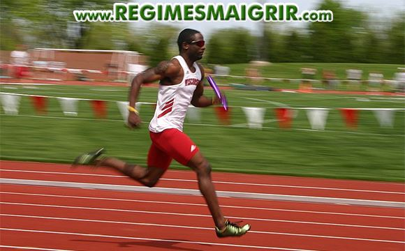 Un athlète en plein effort sur la piste de course