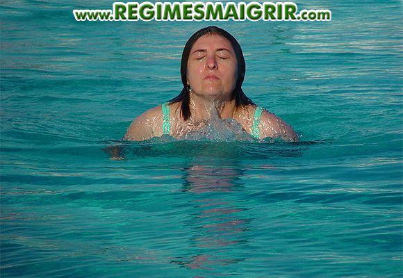 Une femme nage dans la piscine