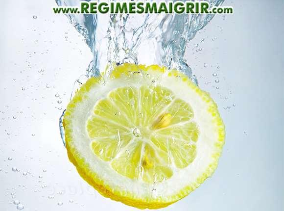 Une rondelle de citron plongée dans de l'eau
