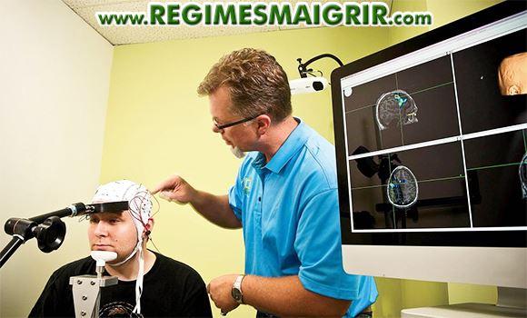 Un scientifique place un dispositif de stimulation électrique sur le cerveau d'un homme