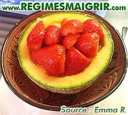 Des fraises mises dans un demi-melon et le tout dans un bol prêt à être consommé