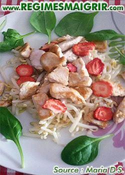 Photo du plat salade de dinde servie avec des fraises