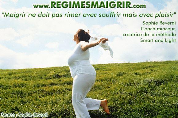 Une femme en surcharge pondérale est heureuse de courir sur une colline pleine d'herbes vertes