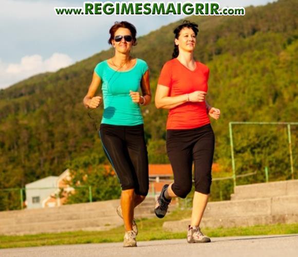 Deux femmes courent ensemble sur une route ensoleillée