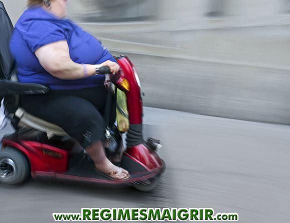 Une femme souffrant d'obésité se déplace sur un engin motorisé