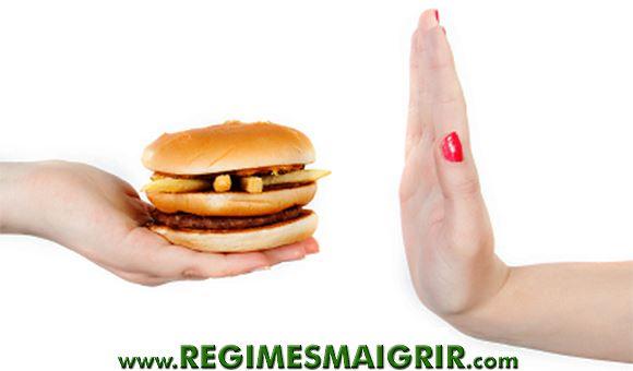 Une femme ne veut pas manger un hamburger proposé par une autre personne