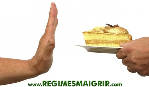 Un homme refuse une part de gâteau proposée par un autre homme