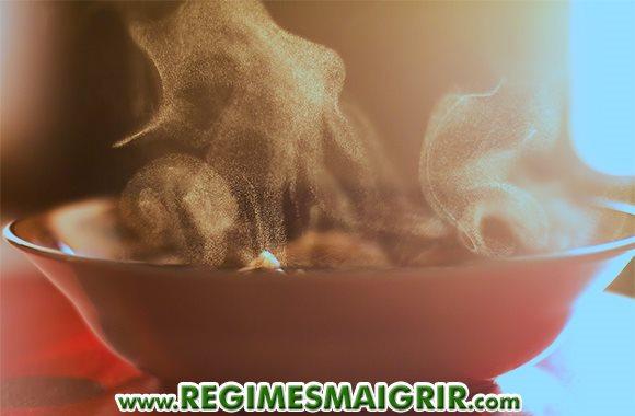 De la vapeur s'échappe d'un bol de soupe chaude à consommer idéalement en hiver