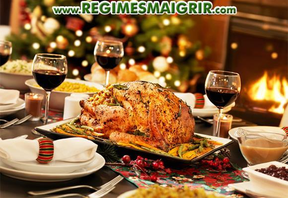 Une table est dressée pour préparer le repas de Noël