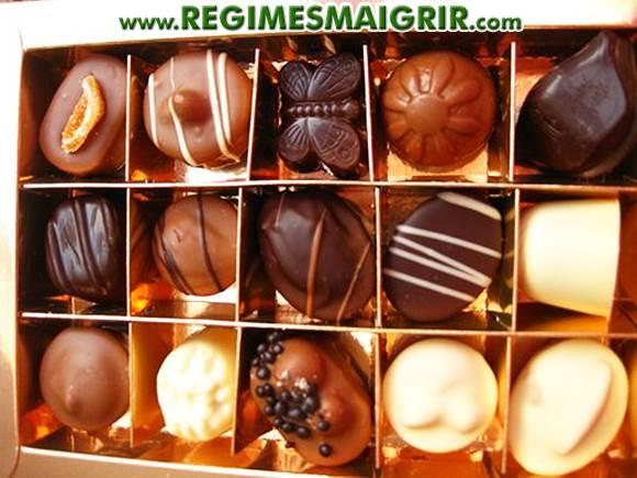 Des chocolats sont expos�s dans une bo�te