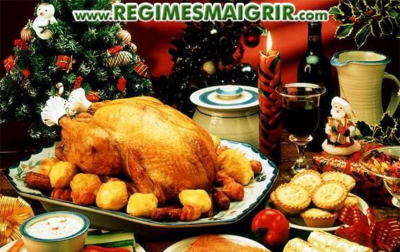 Différents plats sont posés sur une table pour un repas festif