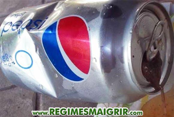 Une grenouille putride dans une canette de soda