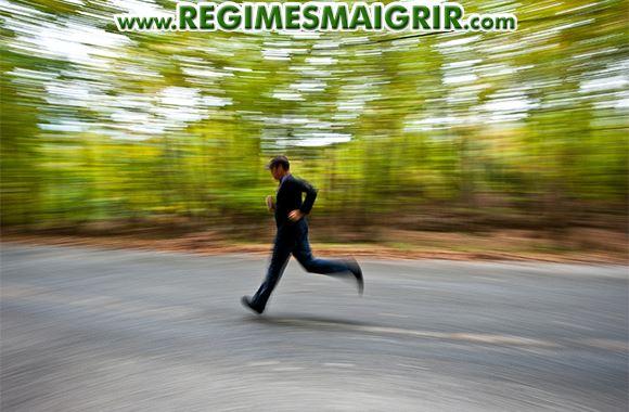Un homme fait de la course � pied dans un parc