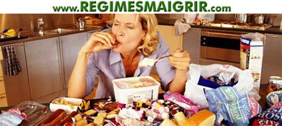 Une femme consomme trop d'aliments malsains lors d'un repas de triche devenu incontrôlable
