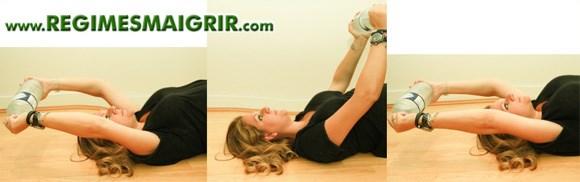 Exercice pour travailler les bras avec une bouteille d'eau