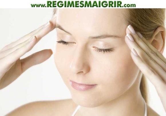 Une jeune femme utilise l'autohypnose pour se détendre