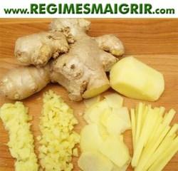 Le gingembre pelé peut être râpé, coupé en petits morceaux ou en tranches