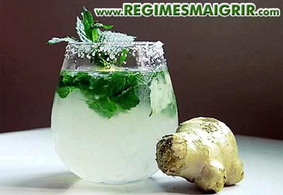 Un verre de limonade détoxifiante préparée à partir du concombre, du citron, du gingembre et de la menthe